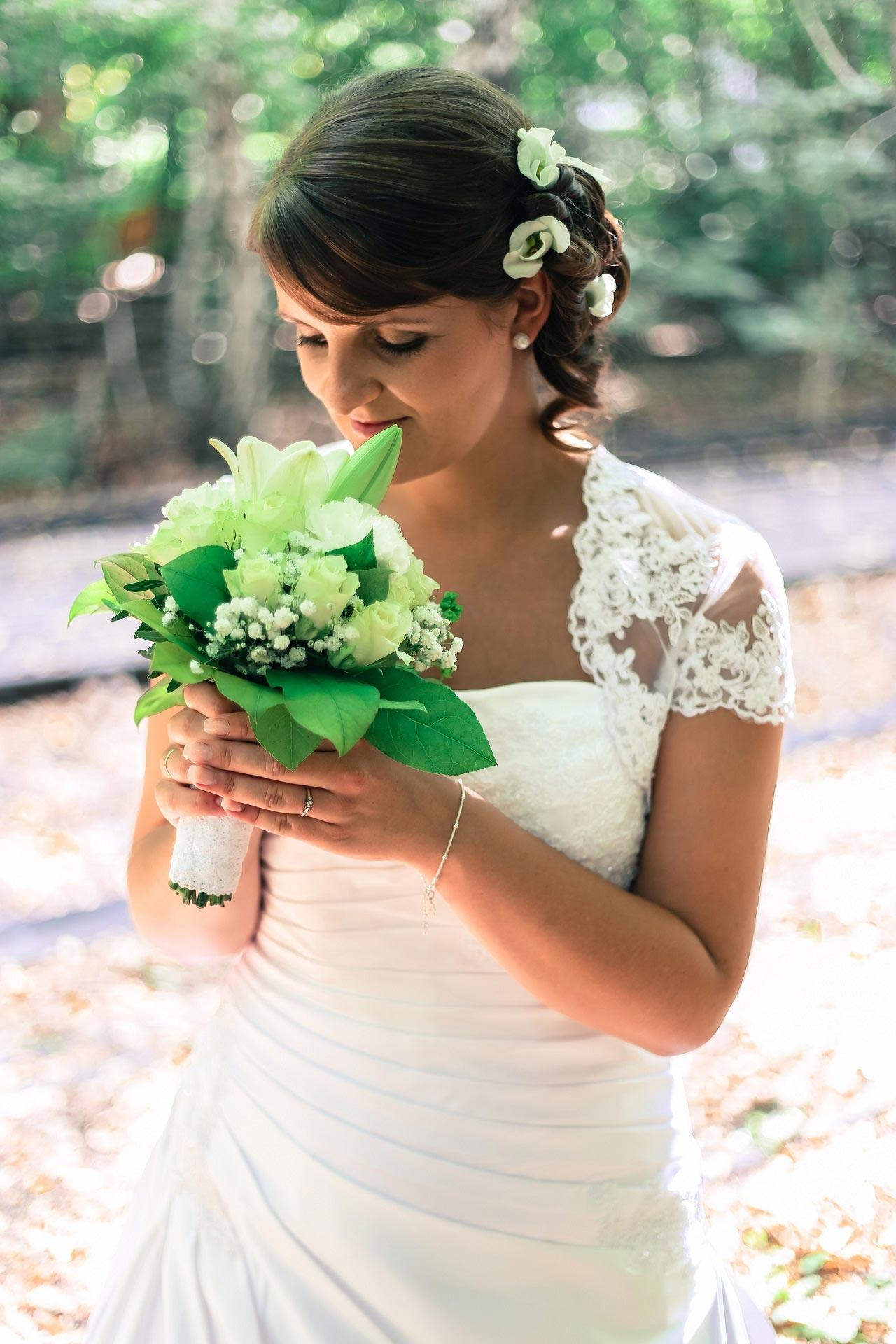 Brautfrisur seitlich gesteckt mit Blumen