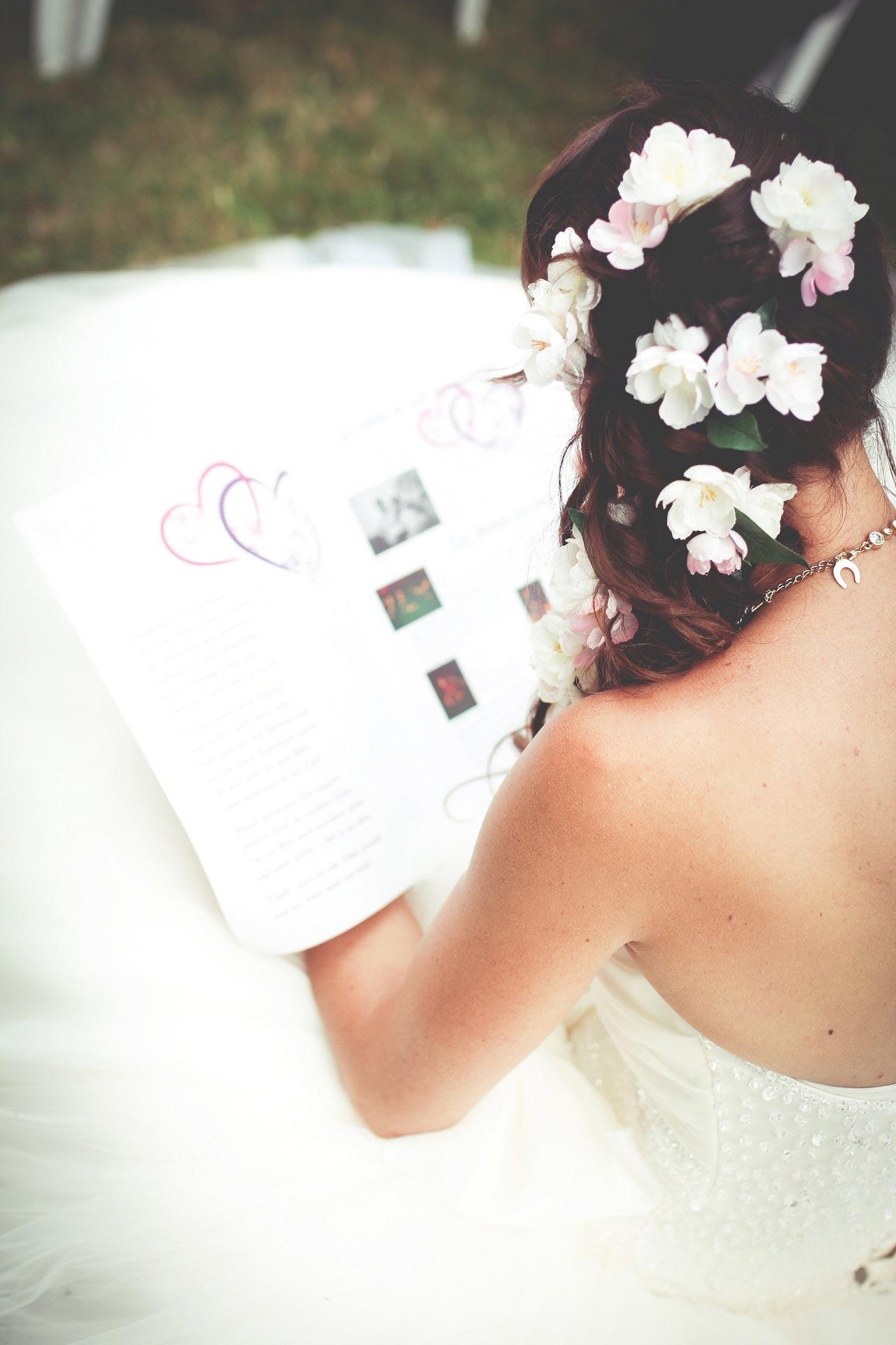 Steckfrisur mit Blumen
